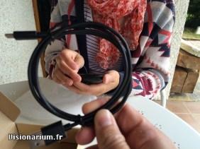 Le câble fourni avec. Il est tout noir. Par contre, il n'est pas flou, en vrai.