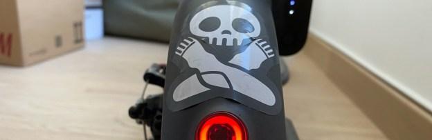 Autocollant du logo des chaussettes Archiduchesse, sur le garde-boue arrière d'une trottinette Xiaomi M360.