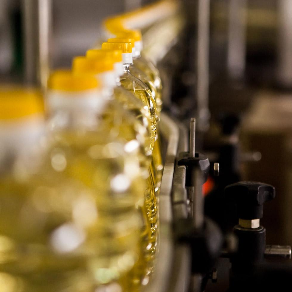 Chaine agroalimentaire avec des bouteilles d'huile