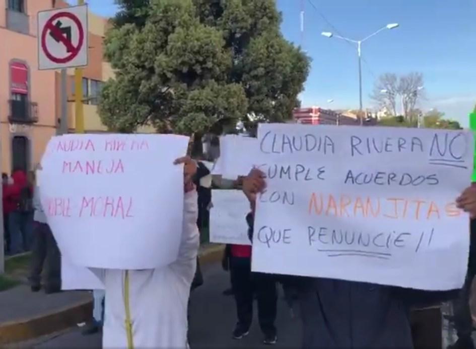 VAYA CAOS! EX TRABAJADORES DEL AYUNTAMIENTO DE PUEBLA BLOQUEAN LA CALLE 4 PONIENTE Y 11 NORTE