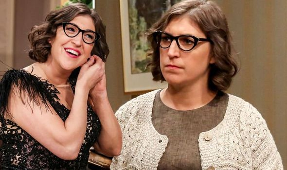 Amy Farrah Fowler  ( Mayim Bialik) big black glasses