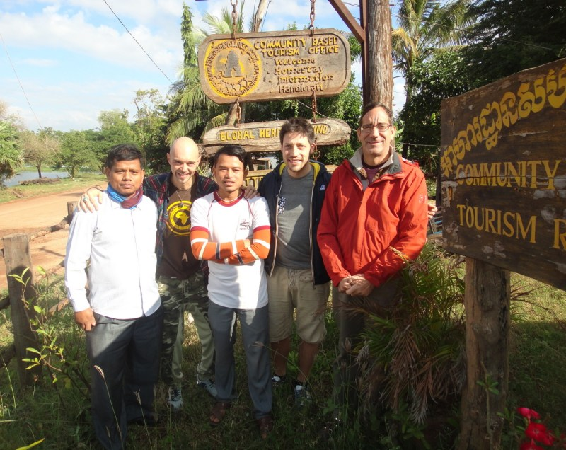 Sergio (2nd from left) and Fabio (4th from left) from Movimenti di Coscienza start a new partnership with the Banteay Chhmar CBT