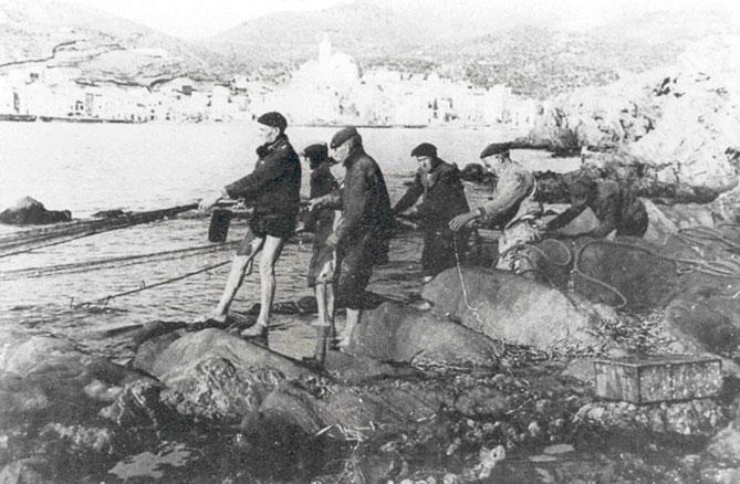 Pescadors xorrant un bolig a Cadaqués