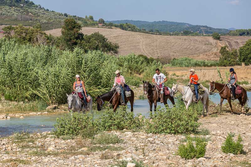 Trekking a Cavallo-cavalcando-nuoto e storia-Visit CastellAzzara