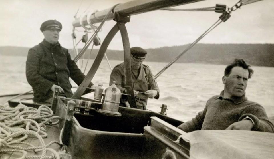 Frisk seilas i en av Kolbjørn Fredriksens seilbåter, pinsen 1934. Kolbjørn til høyre.