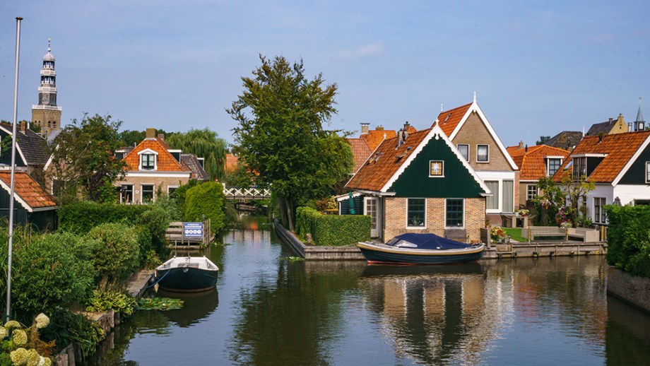 Best day trips from Leeuwarden, The Netherlands | Things to do Friesland | Cities to visit Friesland Netherlands | Hindeloopen | Visiting The Dutch Countryside | You are going to spend a few days in Leeuwarden, Friesland and am looking at the best day trips you should take from Leeuwarden, The Netherlands? Then this is your perfect article.