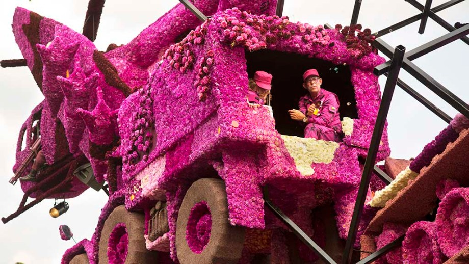 Discover the flower parade of Zundert. Here you see volunteers of the biggest bloemencorso in the world in their floats