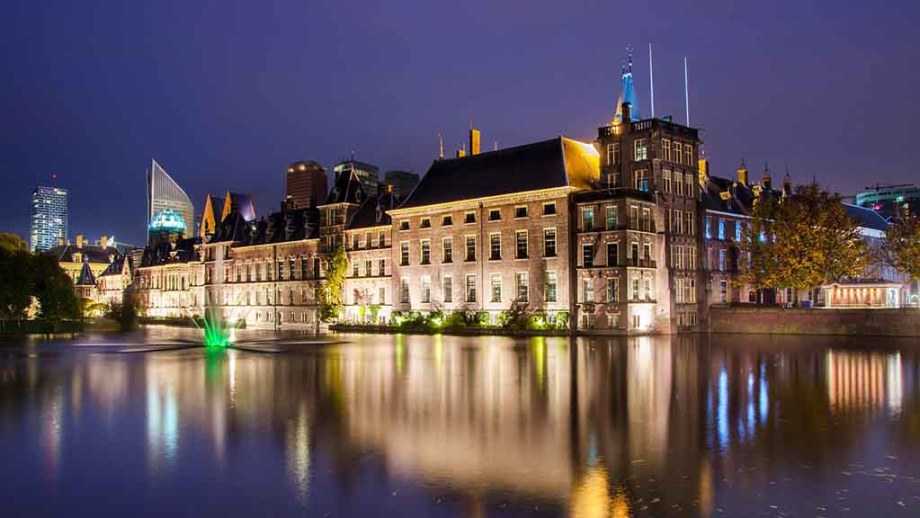 view on the Dutch parliament at night