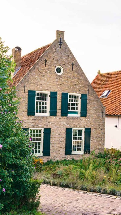 One of the things to do in Drimmelen, The Netherlands, is to look at all the beautiful old brick Dutch buildings with their cute gardens
