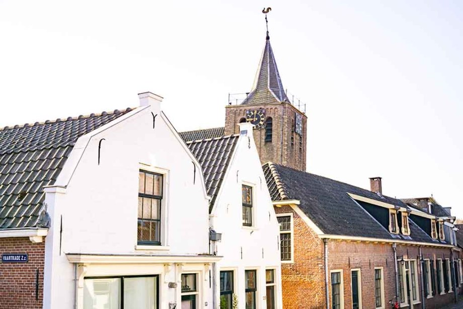 A photo of the town of Linschoten: old Dutch buildings and a view on the church tower