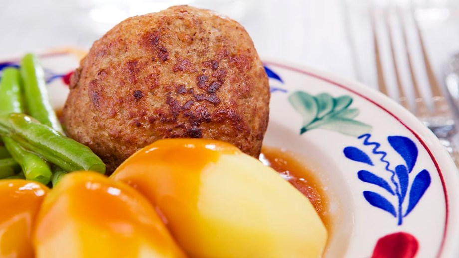 A plate with potatoes, Dutch meatball and vegetables; a typical Dutch meal at dinnertime.