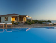 1_Torre Canneddi piscina vista villa e mare_RGB