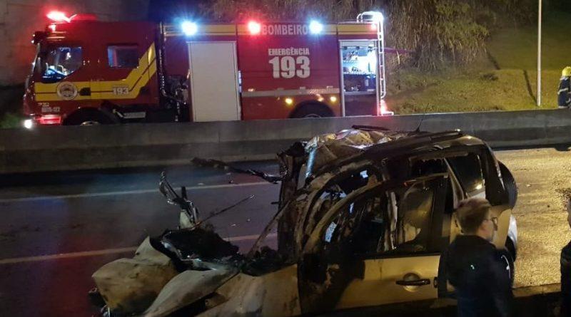 Acidente grave envolvendo carro e carreta na noite de domingo em Balneário.