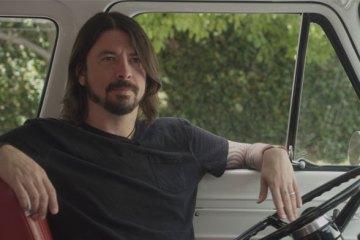 Dave Grohl dans son van, en train de chiller comme ça, on irait même jusqu'à dire OKLM, mais je sais pas si on peut se permettre.