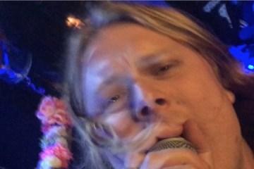 ty segall bourré lance un karaoké avec son ipad en plein concert