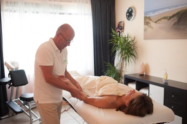 Bij de klassieke massage wordt ook de hand en arm gemasseerd