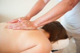 Lomi lomi massage met strijkingen op de rug