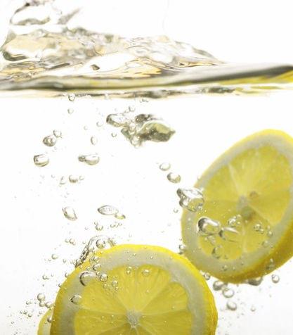 succo-di-limone-in-un-po-d-acqua-tiepida_su_vertical_dyn