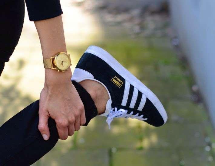 adidas gazelle nere indossate