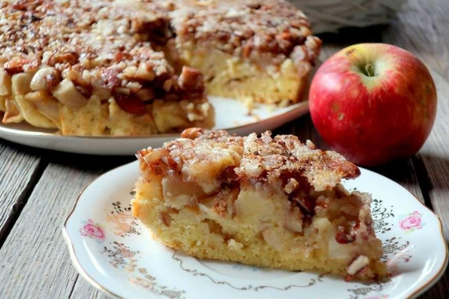 Torta alle mele e frutta secca caramellata