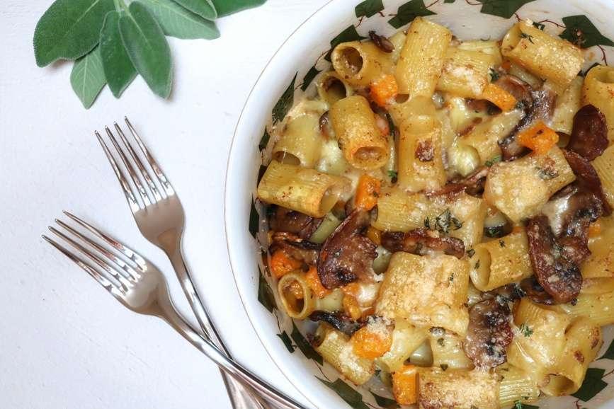 Pasta al forno vegetariana con funghi, zucca e fontina
