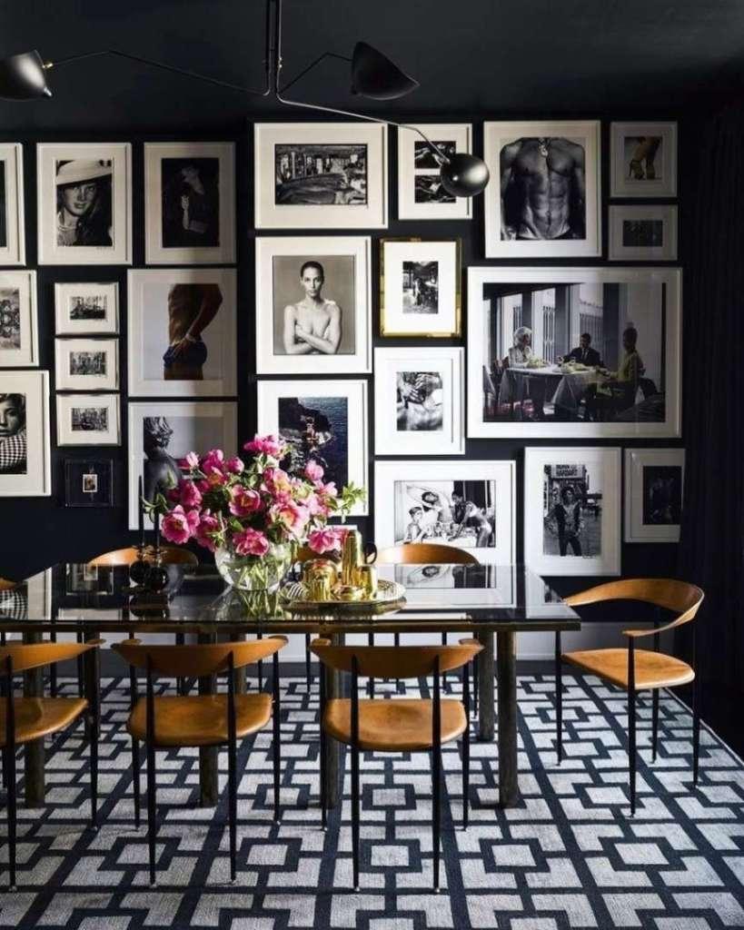 parete piena di quadri e stampe