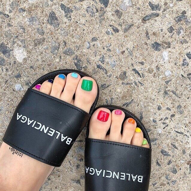unghie di colori diversi