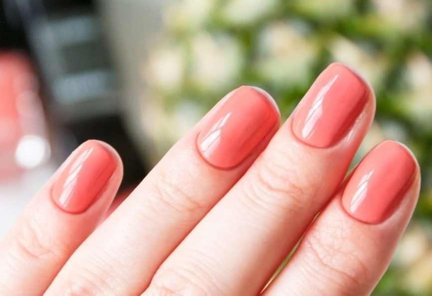 smalto arancione sulle unghie corte