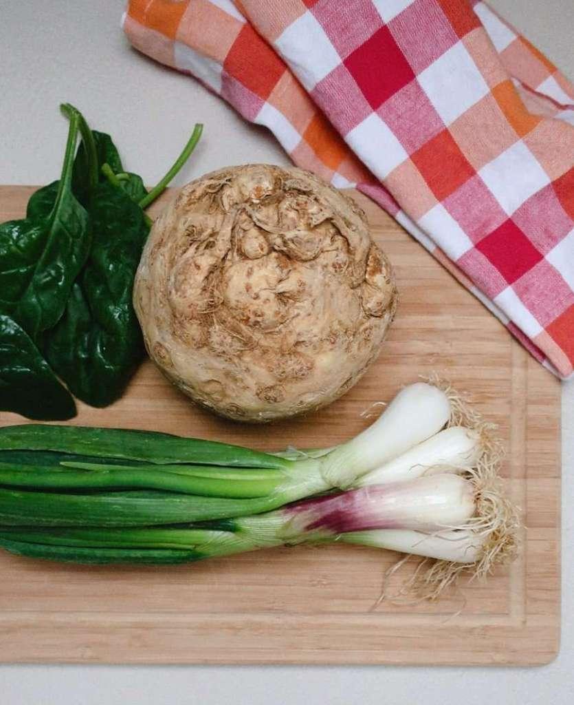 alcuni ingredienti della zuppa cremosa di spinaci sedano rapa e avocado