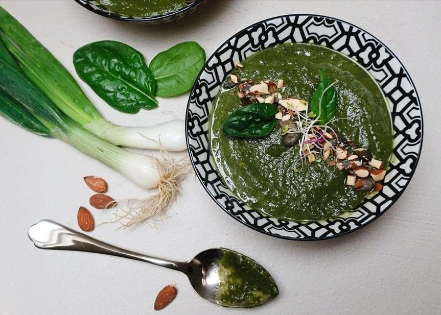 zuppa cremosa di spinaci sedano rapa e avocado