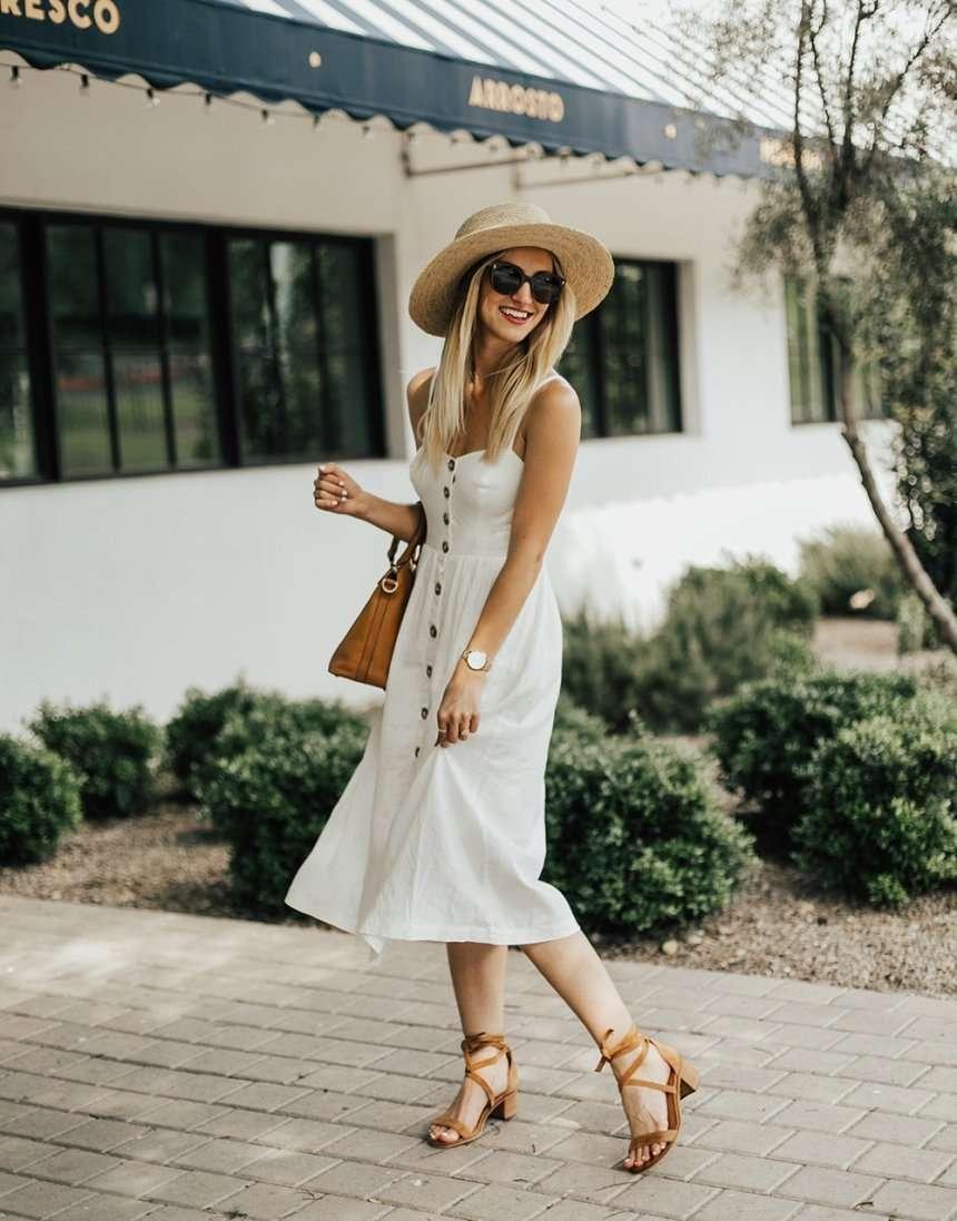 bottoni a vista su abito bianco