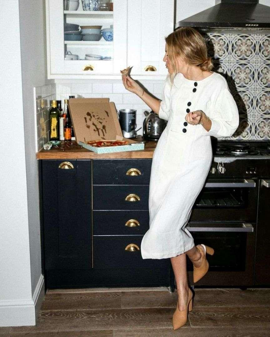 bottoni a contrasto su abito bianco