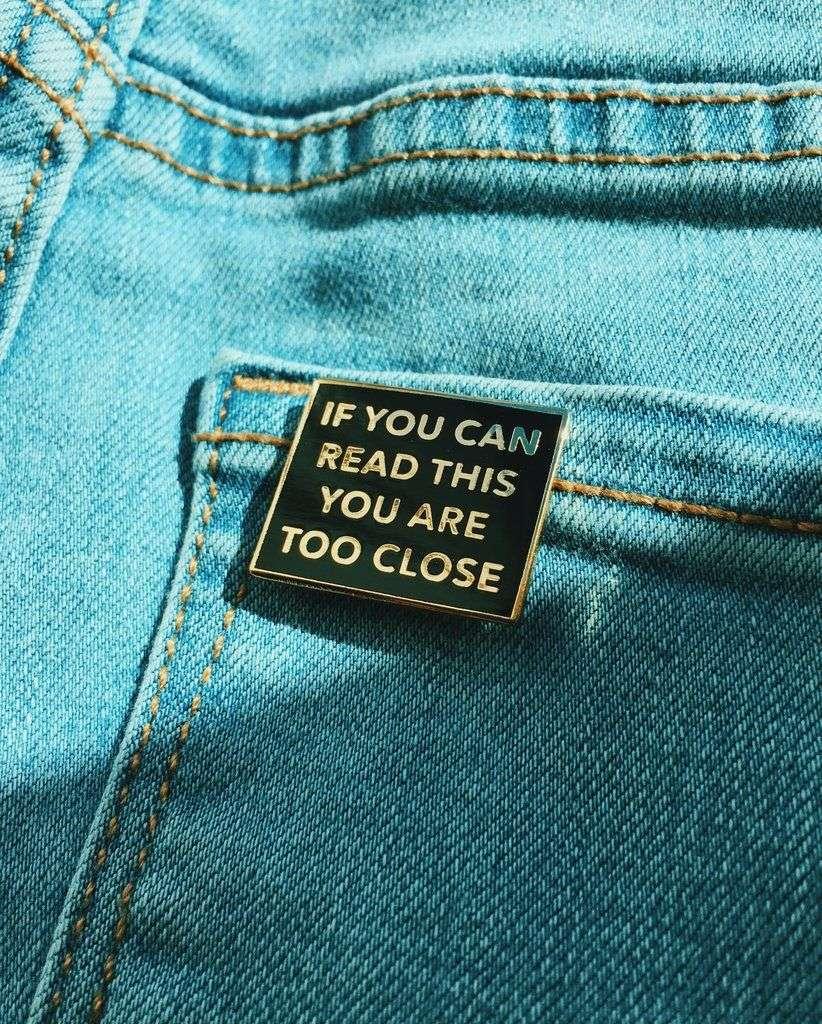spilletta smaltata su giubbino di jeans