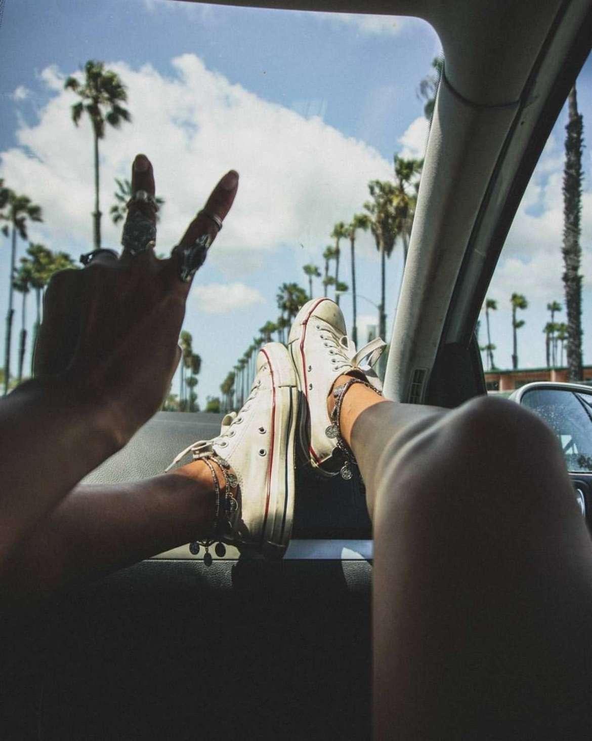 piedi sul cruscotto dell'auto