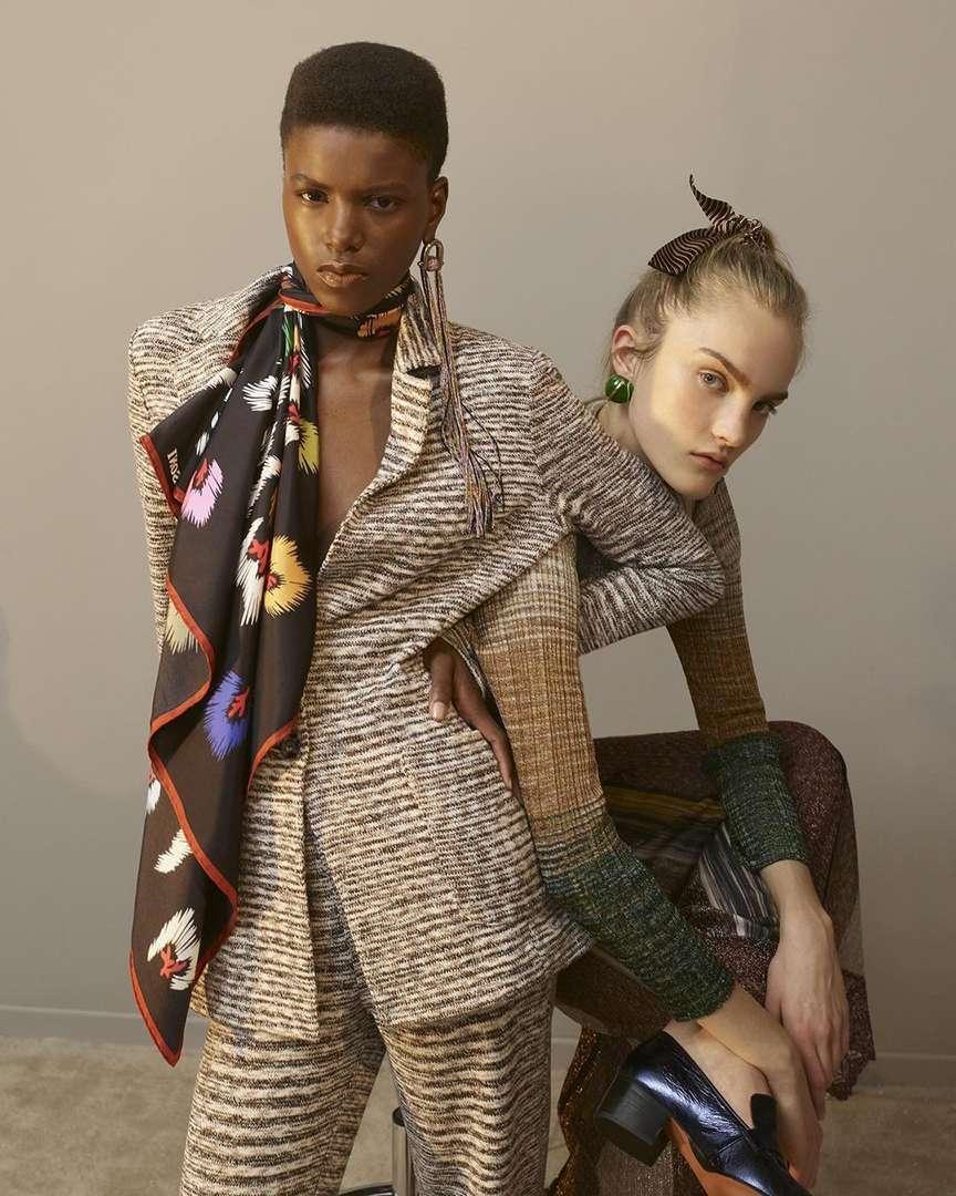 Modelle indossano sciarpe fatte a mano e abbigliamento Missoni