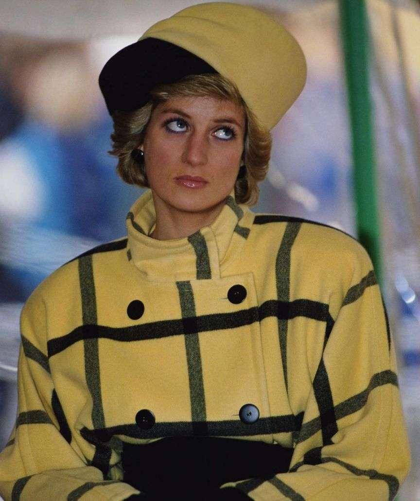 lady d giallo pantone 2021