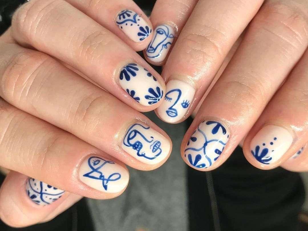 nail art con smalto bianco e blu