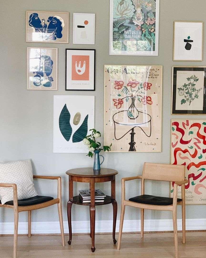 tavolino sedie e quadri