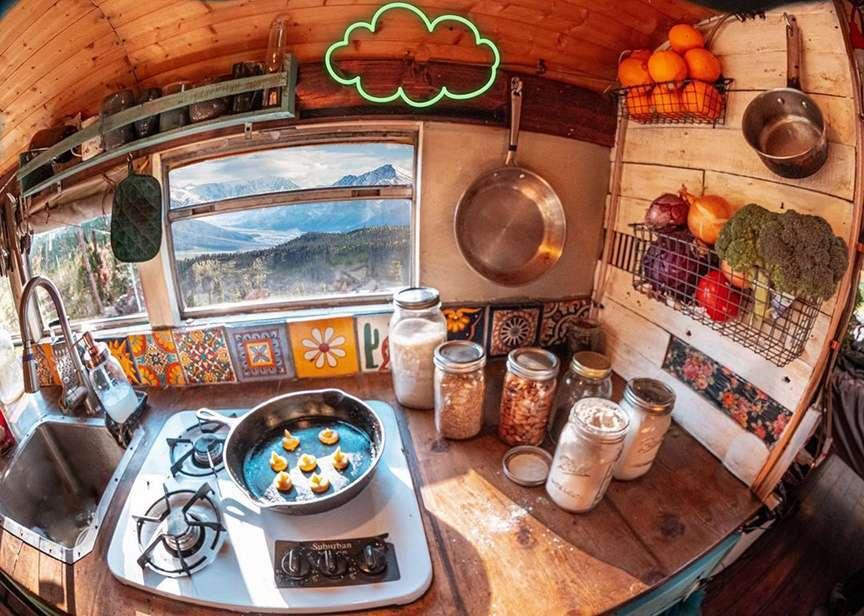 Cucina ordinata nel van
