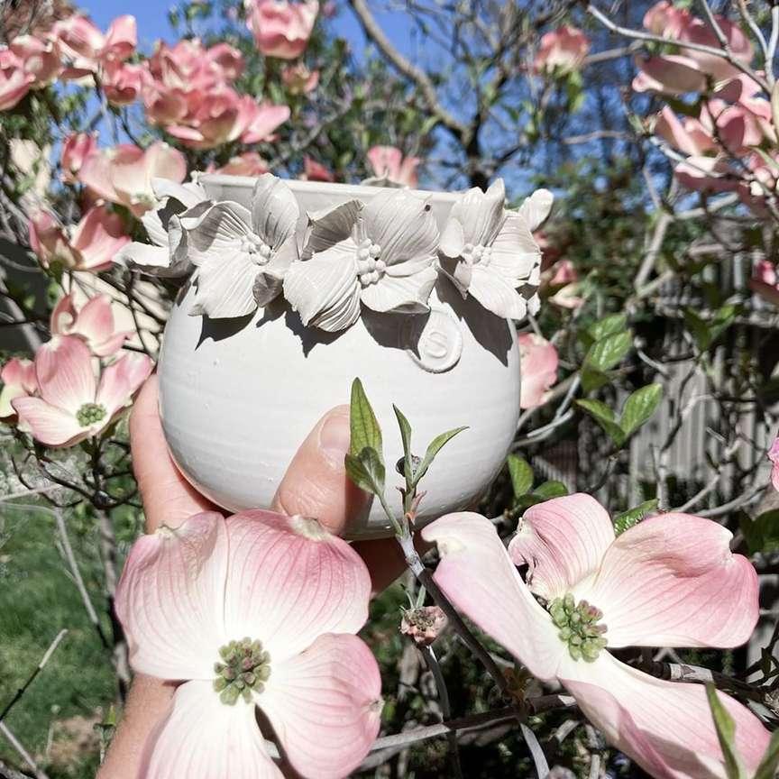 vaso in ceramica tra i fiori