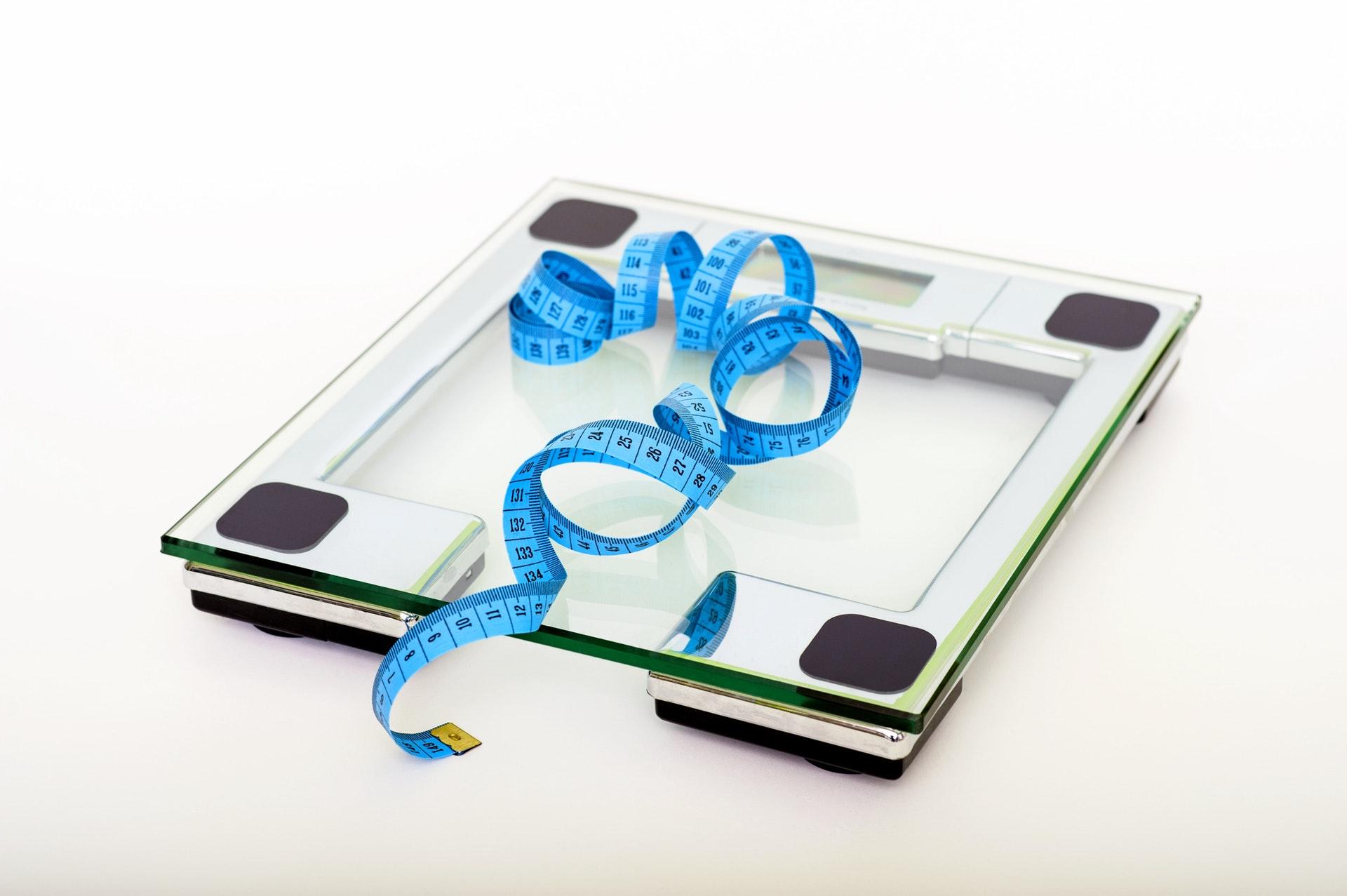 bilancia con sopra un metro per perdere peso