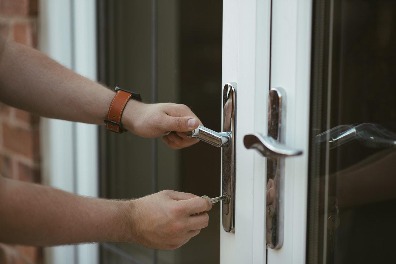 uomo che chiude a chiave una porta