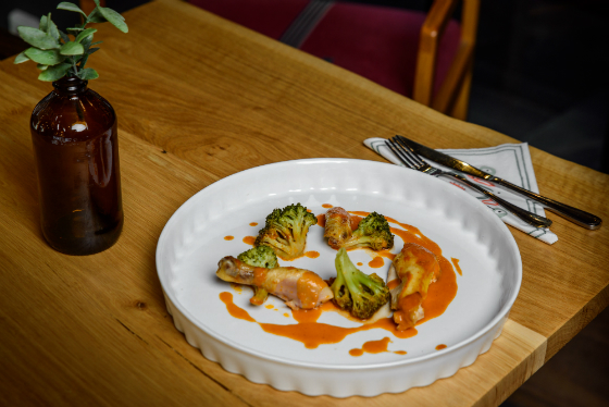 Coquelet in sos BBQ cu broccoli