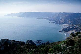 Jersey e Guernsey fazem parte das ilhas britânicas, têm uma gastronomia deliciosa, campos verdejantes e praias de areia branca. Viagem às Ilhas do Canal.