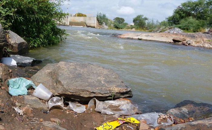 Banhistas põem em risco a preservação do Rio São Francisco na cidade de Monteiro