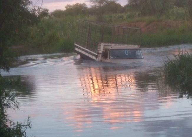 Homem perde o controle e cai no Rio Paraíba na zona rural de Monteiro
