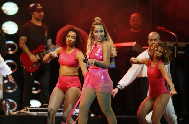 Fã puxa o cabelo de Anitta e leva um tapa da cantora