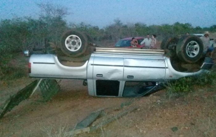 Filho de Pastor perde controle e capota camionete em estrada do Cariri