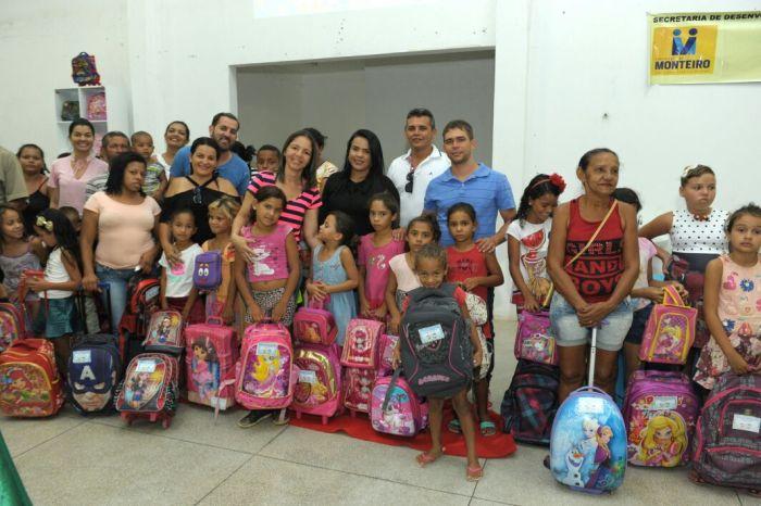 Prefeitura realiza Volta às Aulas Solidária e entrega mochilas para alunos carentes