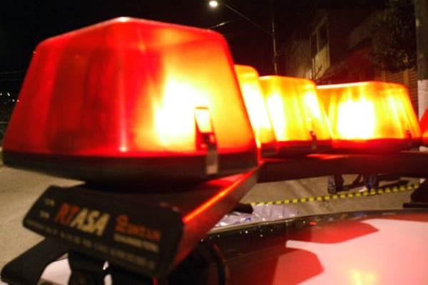 Homem invade casa e tenta esfaquear vizinho em Monteiro; polícia prende acusado